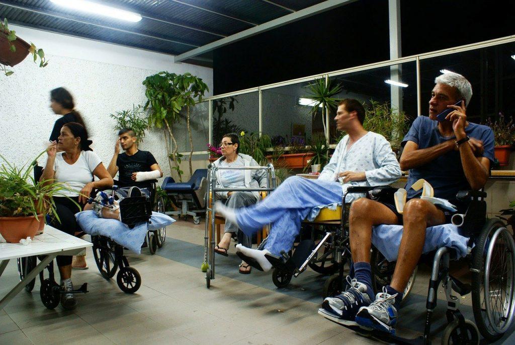 Joukko eri tavoin vammautuneita istuu oleskelutilassa.