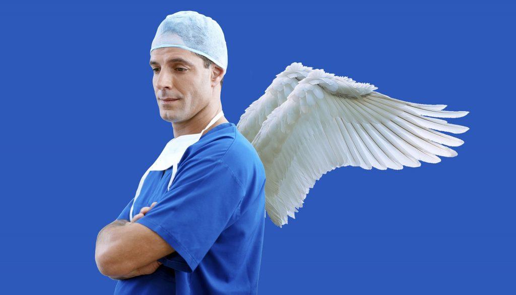 Enkelin siivet lääkärin selässä.