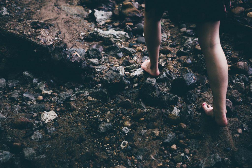 paljain jaloin terävillä kivillä