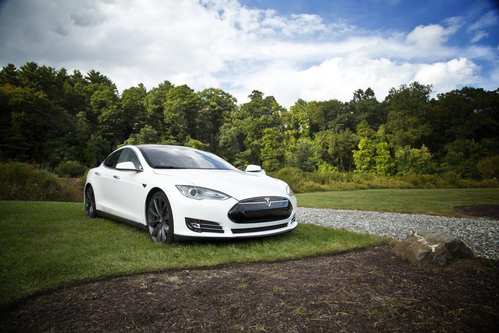 Kuvassa on valkoinen Tesla