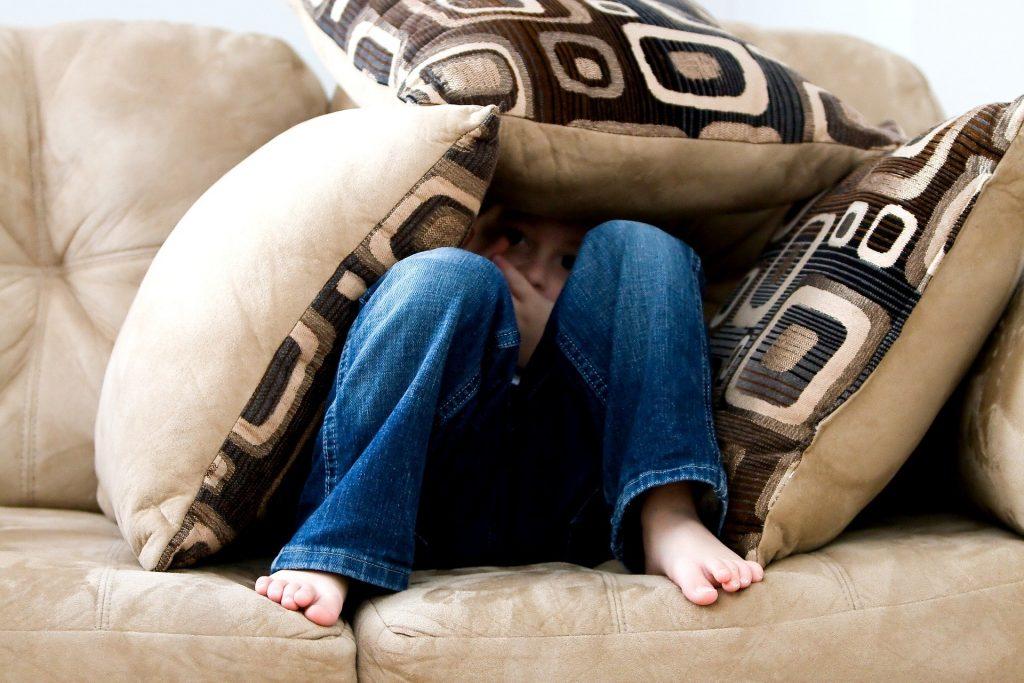 Piilossa tyynyjen alla on turvallista.