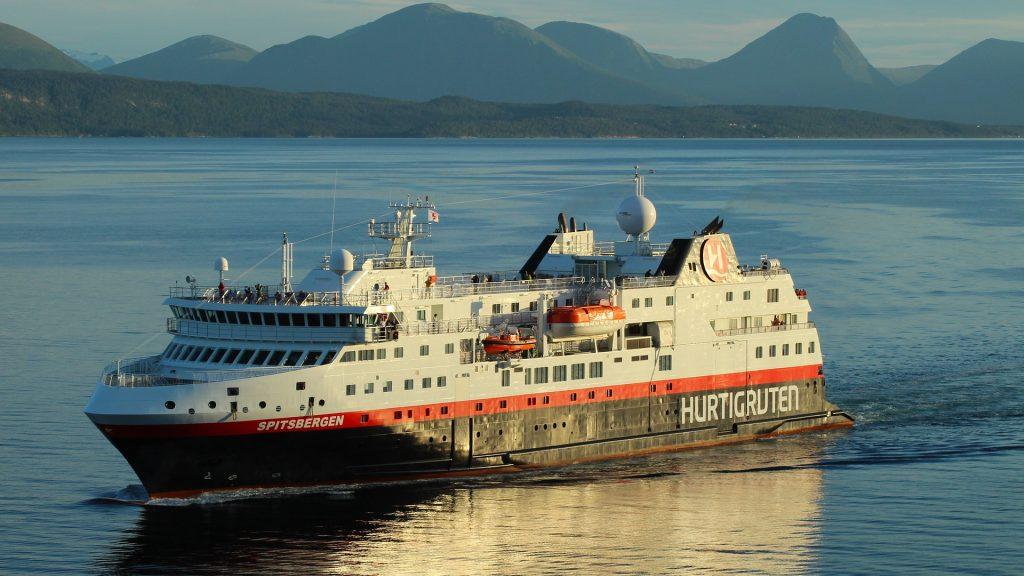 Laiva kuljettaa postin, tavarat ja ihmiset.