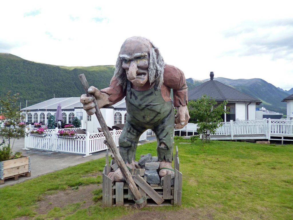 Trolli norjalaisella pihalla.
