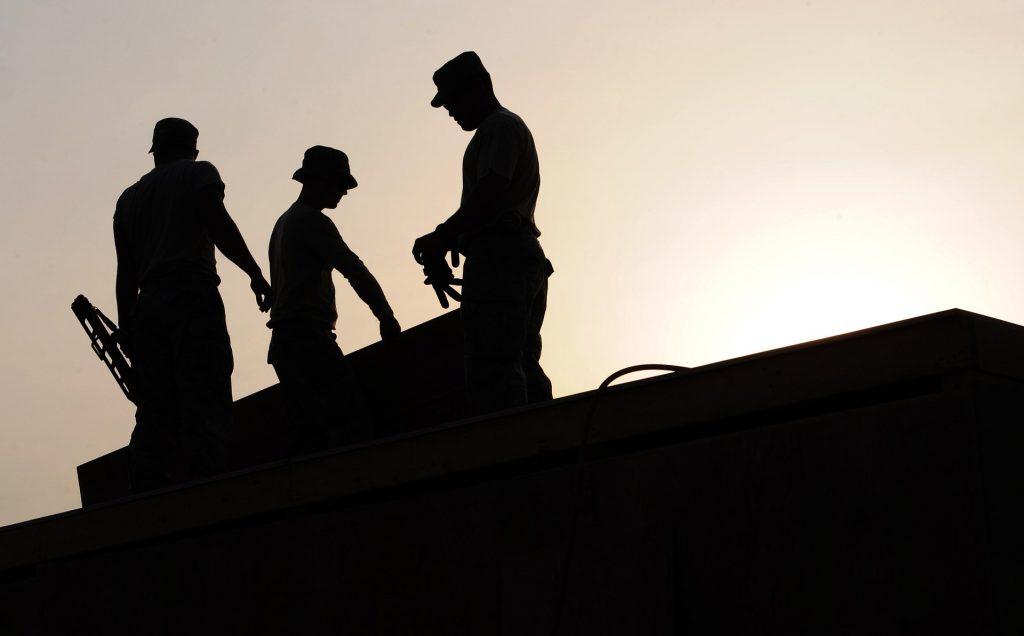 Rakennusmiehiä katolla.