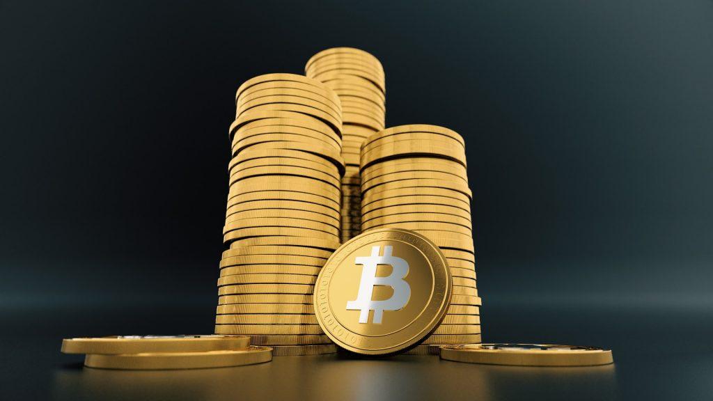 Pino bitcoin-virtuaalirahaa pöydällä.