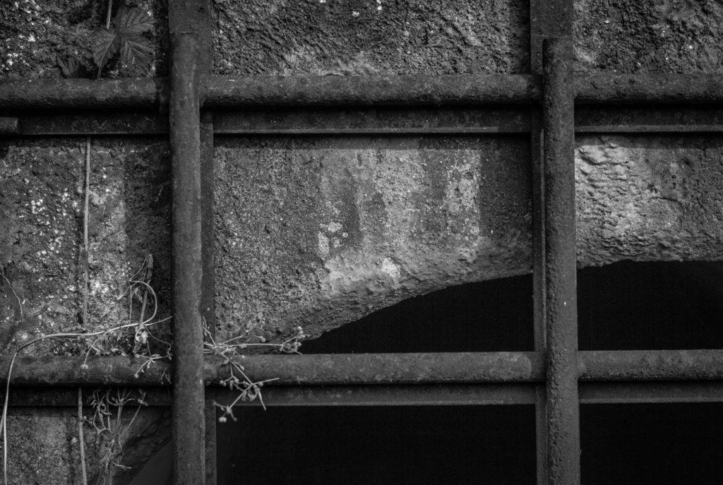 Rautainen ristikko sulkee portin.
