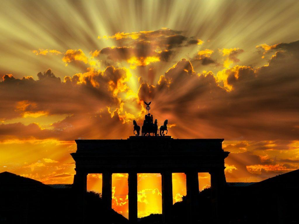 Brandenburger Tor auringonnousun aikaan.