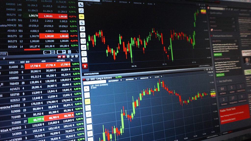 Pörssikursseja ja vaihtomääriä kuvaajina ruudulla,
