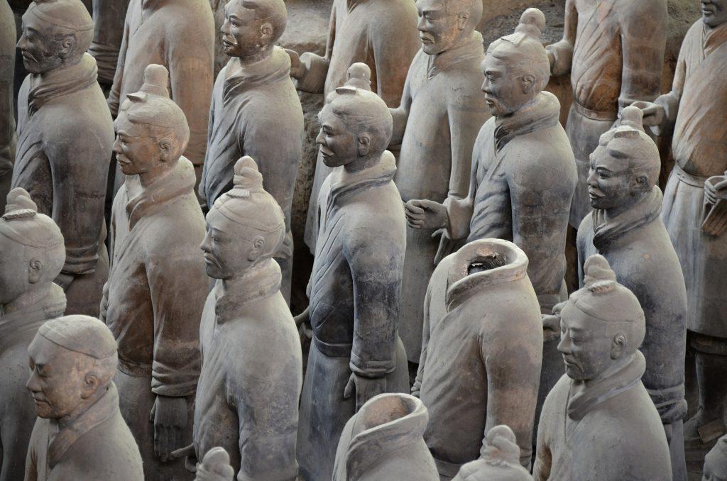 kiinalaista terrakotta-armeijaa, kaksi päätöntä hahmoa.