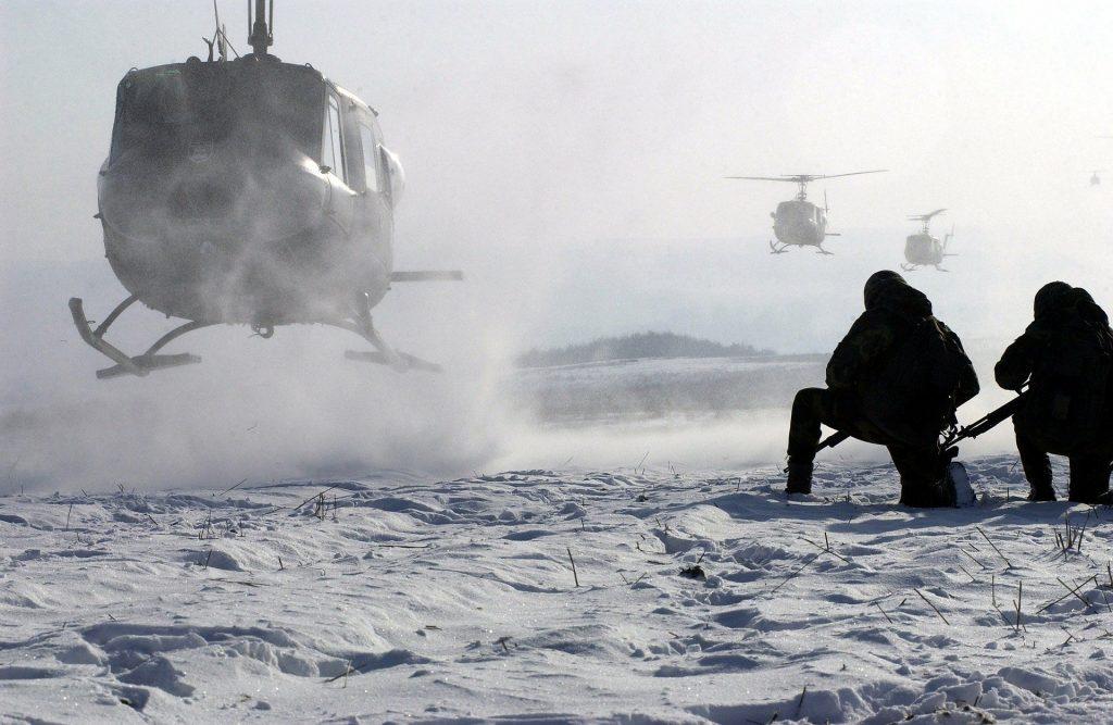 Erikoisjoukot saapuvat helikoptereilla.
