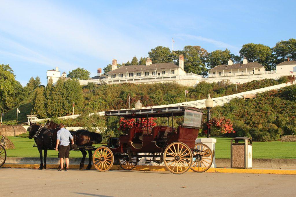 Hevonen ja vankkurit McKinac Islandin Grand Hotel'n edustalla