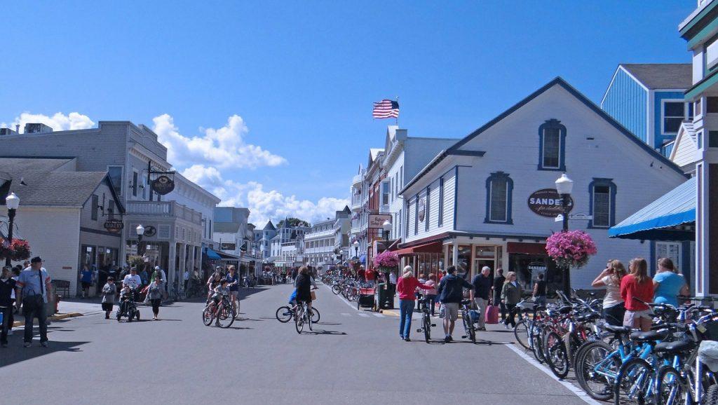 McKinac Islandin pääkatu on varattu pyörille, jalankulkijoille ja hevosille.