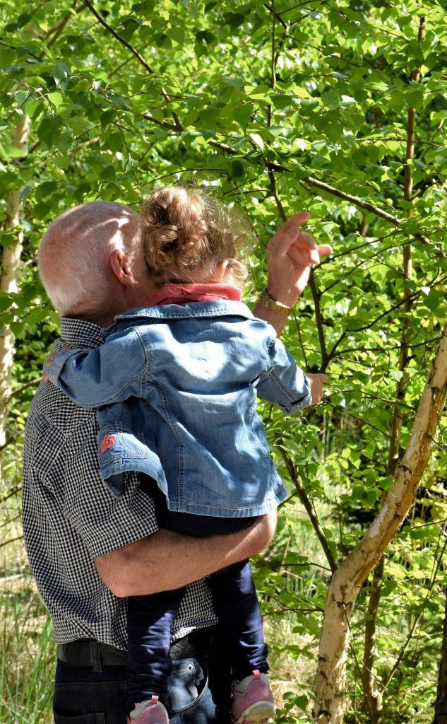 Isä ja tytär metsässä.