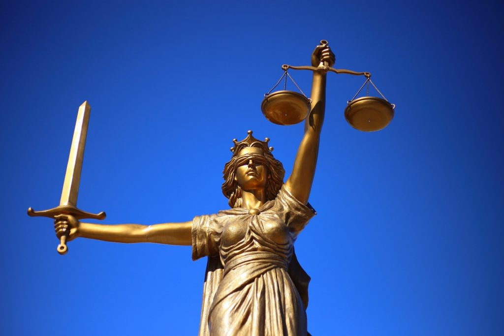 Oikeuden jumalatar vaaka ja miekka kädessään