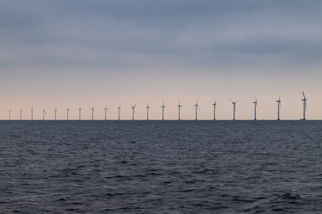 Rivi tuulivoimaloita keskellä merta