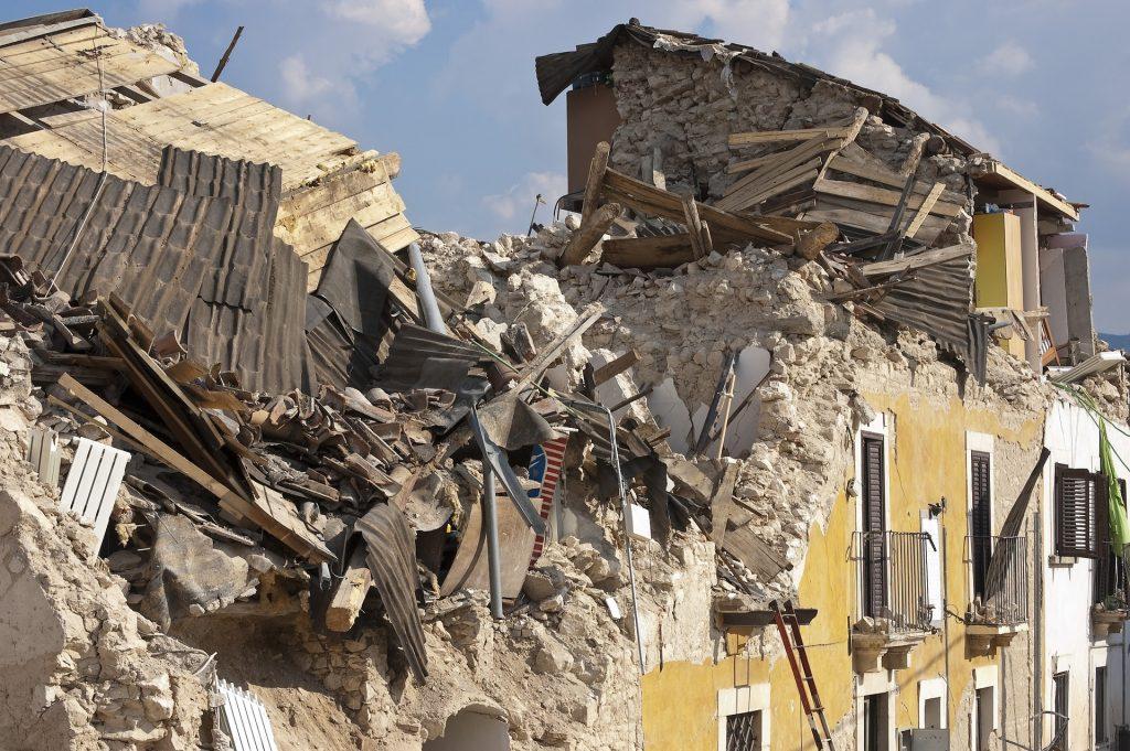 Maanjäristyksen tuhoama kaupunkitalo