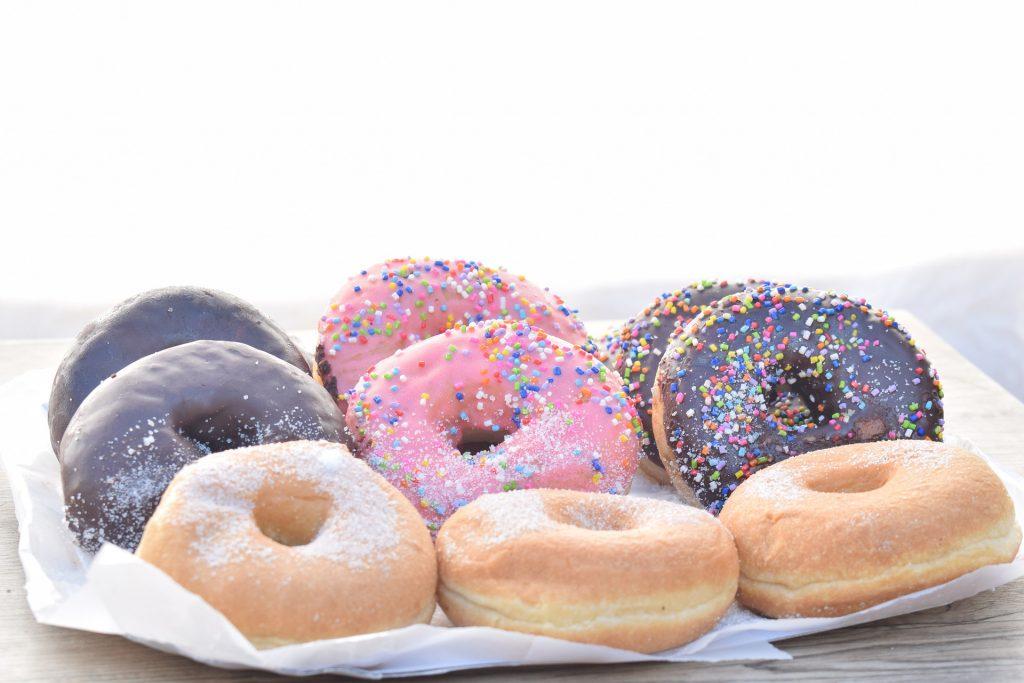 Kuorrutettuja donitseja lautasella