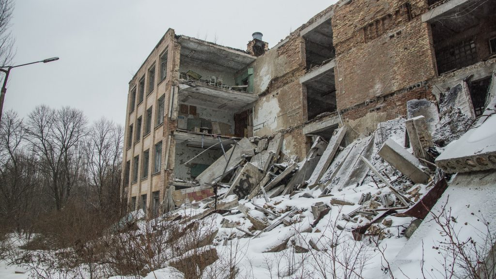 Romahtava koulurakennus lumen keskellä jossain entisessä Neuvostoliitossa