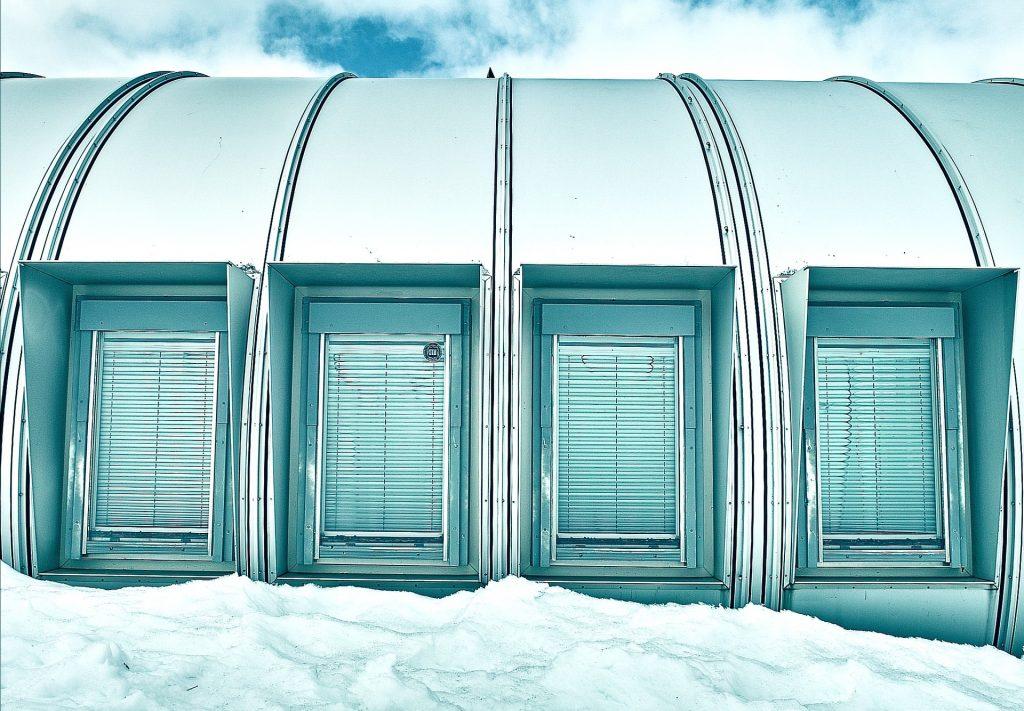 Elementeistä koottu asumus lumen ja jään keskellä.