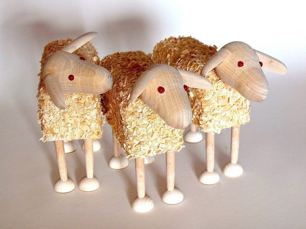 Jätepaloista tehtyjä lampaita.