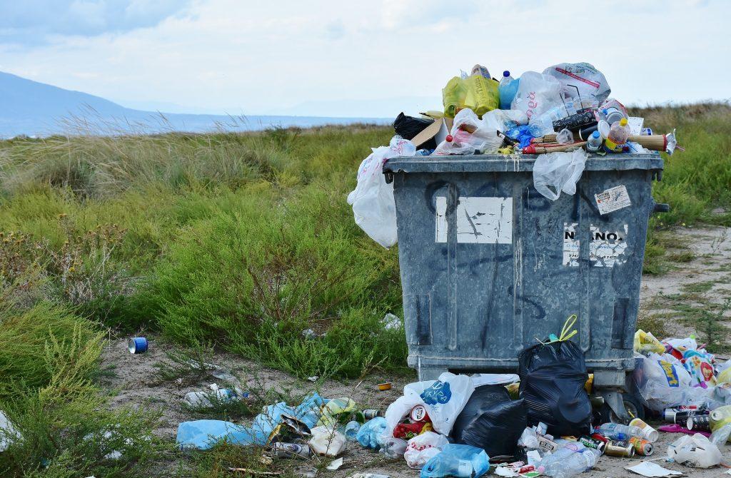 Täysi jätepiste, Jätepusseja on jätetty jo ympärillekin.