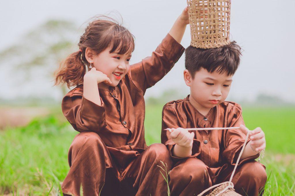 Lapset punovat koreja yhdessä.