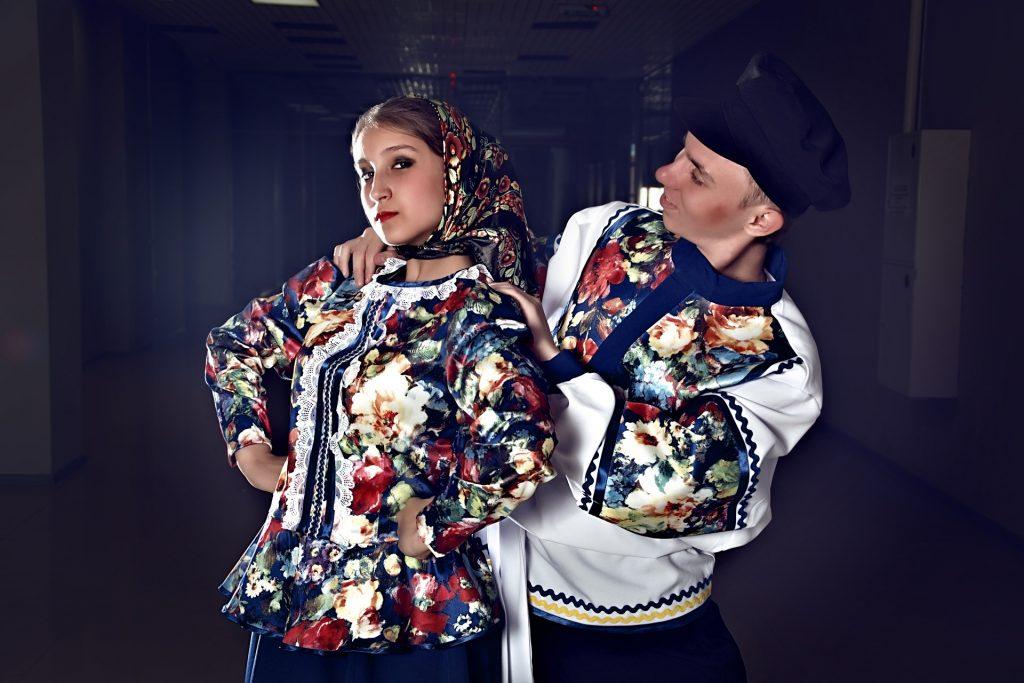 Venäläinen pari kansallispuvuissaan tanssimassa.