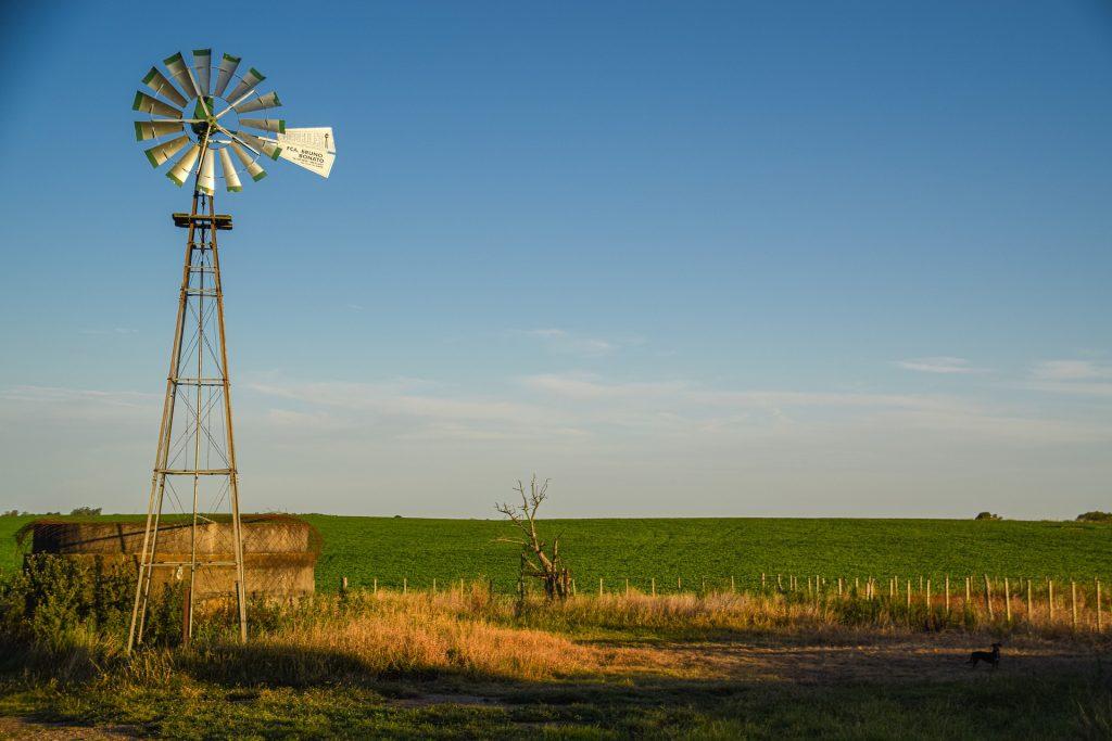 Tuulimylly pumppaa vettä maaseudulla.